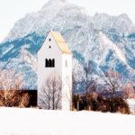 Kirchturm der Pfarrkirche von Hopfen. Im Hintergrund: der Säuling.